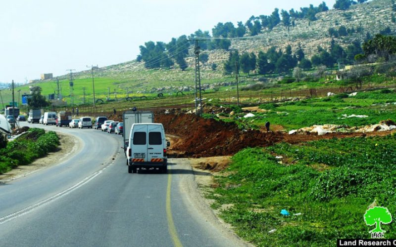 الاحتلال يعتدي على مزارعين في قرية الهجرة جنوب الخليل