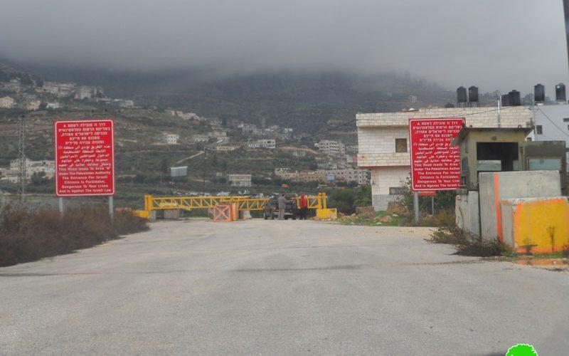 نصب بوابة حديدية على مدخل قرية رأس كركر شمال غرب رام الله