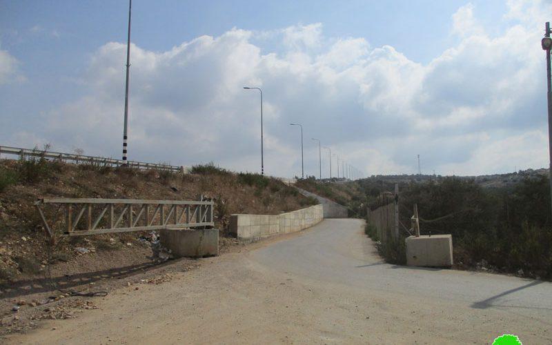 Set up a new metal gate in Qalqilya