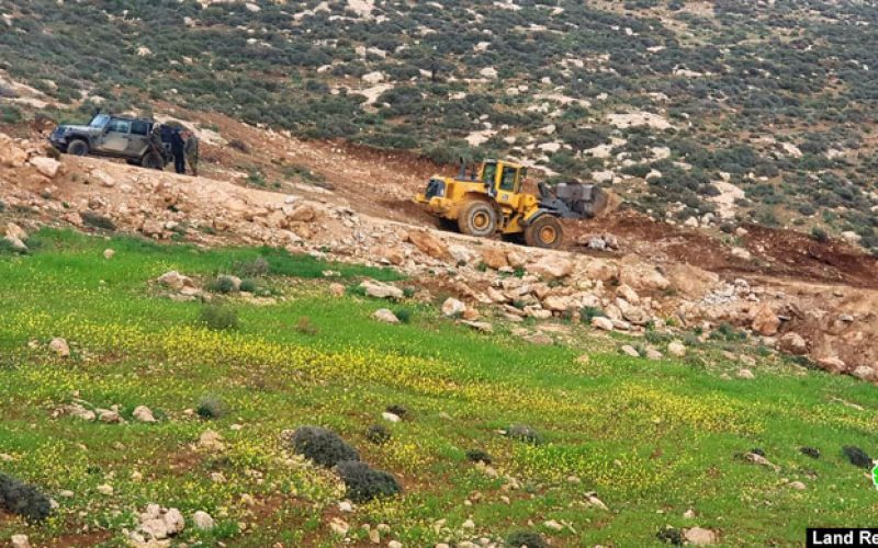 The occupation's troops sealed off a road in Masafer Yatta/ Hebron governorate