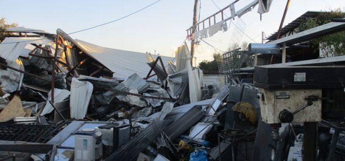الاحتلال يهدم 3 منشآت تجارية ويخطر أخرى بوقف العمل والبناء في قرية حارس / محافظة سلفيت