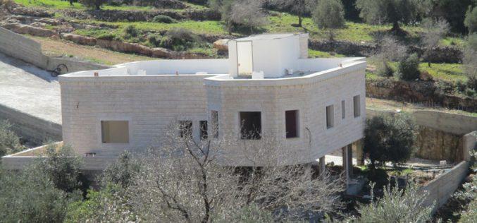 بذريعة الأمن … الاحتلال يخطر بهدم منزل الأسير عاصم البرغوثي في قرية كوبر / محافظة