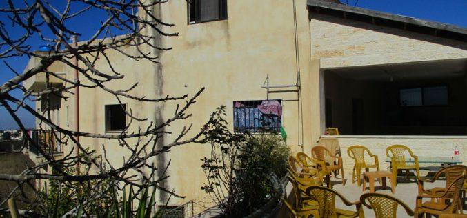 بذريعة الأمن الاحتلال يخطر بهدم منزل الشهيد صلاح عمر البرغوثي في قرية كوبر / محافظة رام الله
