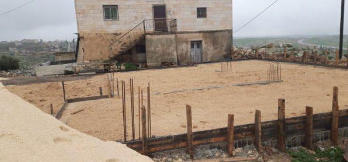 إخطار بوقف العمل في منزل بقرية السيميا غرب السموع / محافظة الخليل