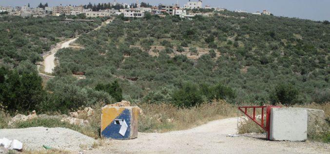 نصب بوابة حديدية على طريق زراعي غرب بلدة دير استيا / محافظة سلفيت