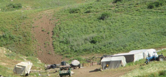 مصادرة شاحنة وعدد تستخدم في تركيب الخلايا الشمسية في خربة الدير / محافظة طوباس