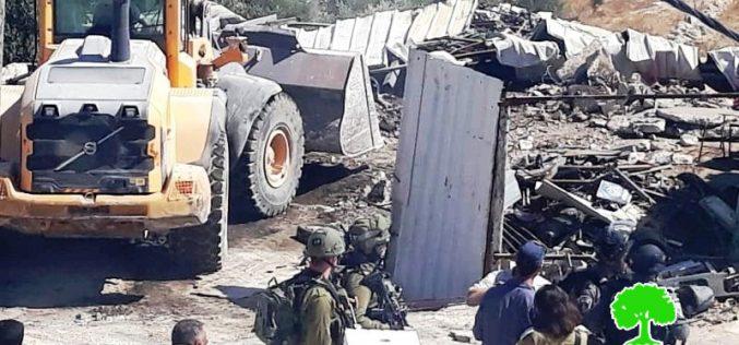 الاحتلال يهدم بركساً في بلدة إذنا غرب الخليل