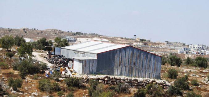 أوامر بهدم مسكن ومنشأة تجارية في بلدة بيت عوا غرب الخليل