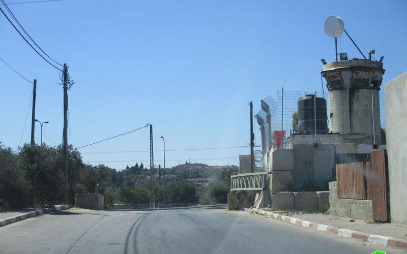 Setting up a metal gate on Kafr Na'ama entrance / Ramallah governorate
