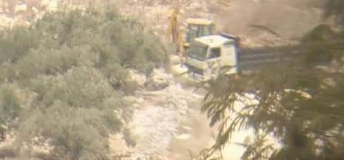 مصادرة جرافة وشاحنة أثناء عملها باستصلاح قطعة ارض في قرية كفر قدوم / محافظة قلقيلية