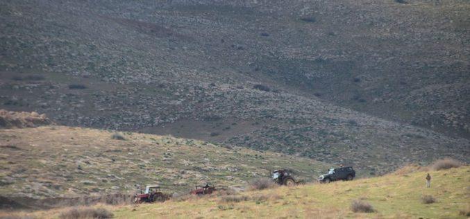 بدعوى دخول منطقة يصنفها الاحتلال بالمغلقة … الاحتلال يصادر 5 جرارات زراعية في أم القبا / محافظة طوباس