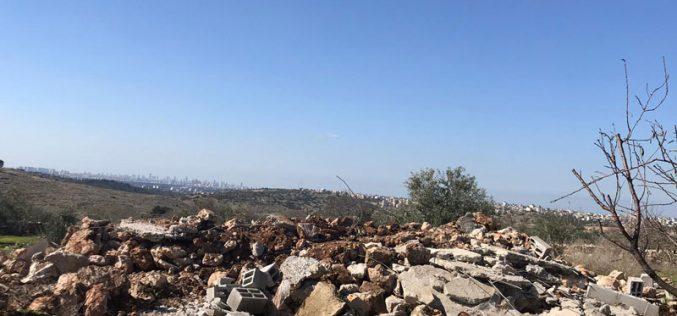 جيش الاحتلال يهدم بئر لجمع المياه ويخطر آخر بوقف البناء في بلدة الزاوية / محافظة سلفيت