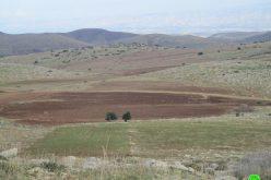 بدعوى أنها منطقة أثرية … الاحتلال يسلم إخطار بإخلاء قطعة أرض في منطقة خربة الحمة / محافظة طوباس