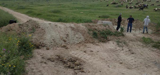 Israeli violations in the time of Corona:Closure of a main road via earth mounds in Khirbet Al-Faresiya