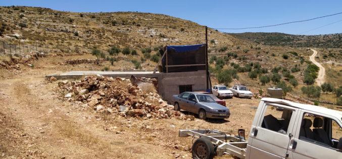 إخطار بوقف البناء يطال غرفة زراعية وخزان لجمع المياه في بلدة بروقين / محافظة سلفيت