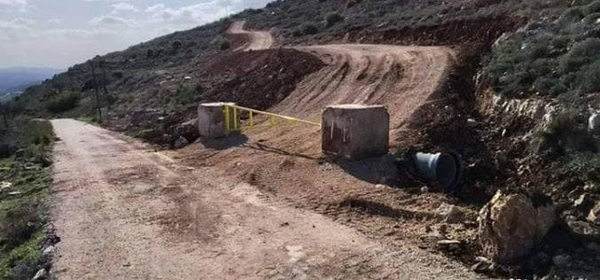 وضع بوابة حديدية لطريق استعماري جديد تمهيداً للاستيلاء على مساحات واسعة من الأراضي في قرية المزرعة القبلية / محافظة رام الله