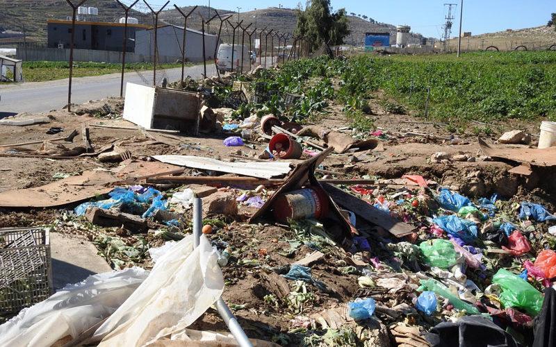 الاحتلال يهدم أسوارا ويصادر بسطات مزارعين وحاوية معدنية في الهجرة جنوب الخليل
