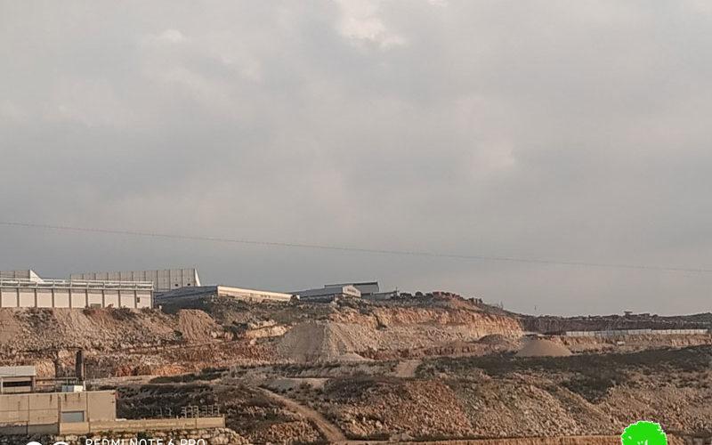 """الشروع في تجريف أراضي في قرية حارس بهدف توسعة المنطقة الصناعية """" ارائيل"""" / محافظة سلفيت"""