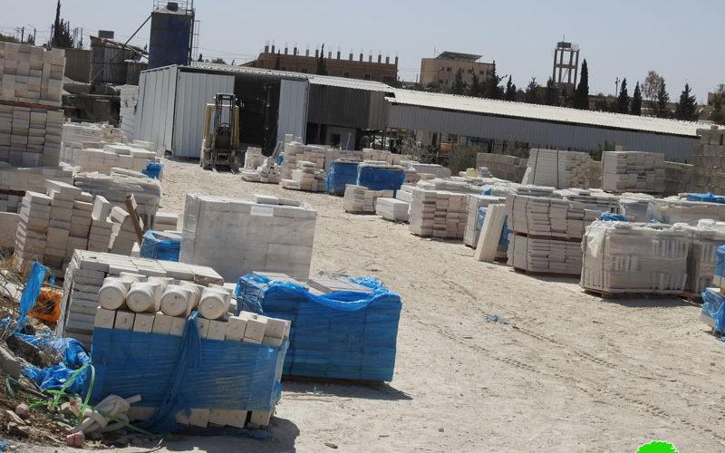 إخطارات بوقف العمل في مساكن ومنشأة صناعية بمنطقة ماعين جنوب يطا بمحافظة الخليل