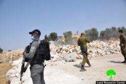 هدم سلاسل حجرية تحيط بقطعة أرض في منطقة زيف جنوب الخليل