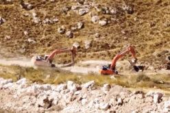 مستعمرون يشقون طرقاً في أراضي المواطنين بقرية فقيقيس غرب الخليل