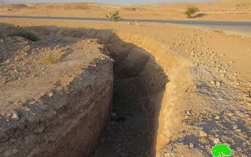مستعمرون يحفرون خندقاً ضخماً لمنع المزارعين من الوصول إلى المراعي في النويعمة / أريحا
