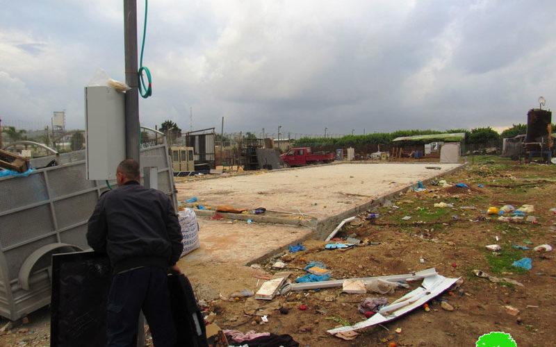 الاحتلال يجبر مواطنان على تفكيك منشآتهما التجارية بعد إخطارها بالإزالة في مدينة قلقيلية