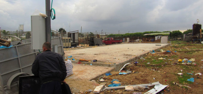 The Israeli occupation forces two citizens to self-dismantle their commercial facilities after being notified of the removal in the city of Qalqilya