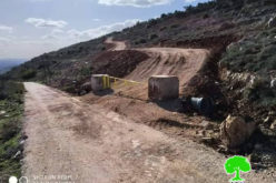 The Israeli Occupation Sets up a Metal Gate in Al-Mazra'a Al-Qibliya / Ramallah governorate