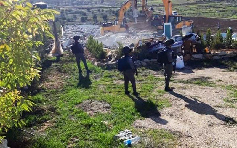 الاحتلال يهدم منزلين وبئر مياه ومنشأة زراعية في دير شمس شرق الظاهرية بمحافظة الخليل
