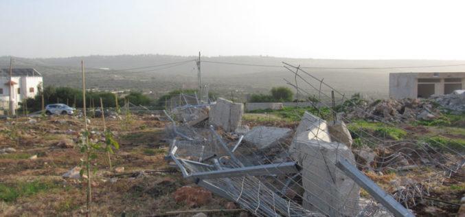 هدم أسوار وسياج تحمي قطعة أرض في قرية جبارة / محافظة طولكرم