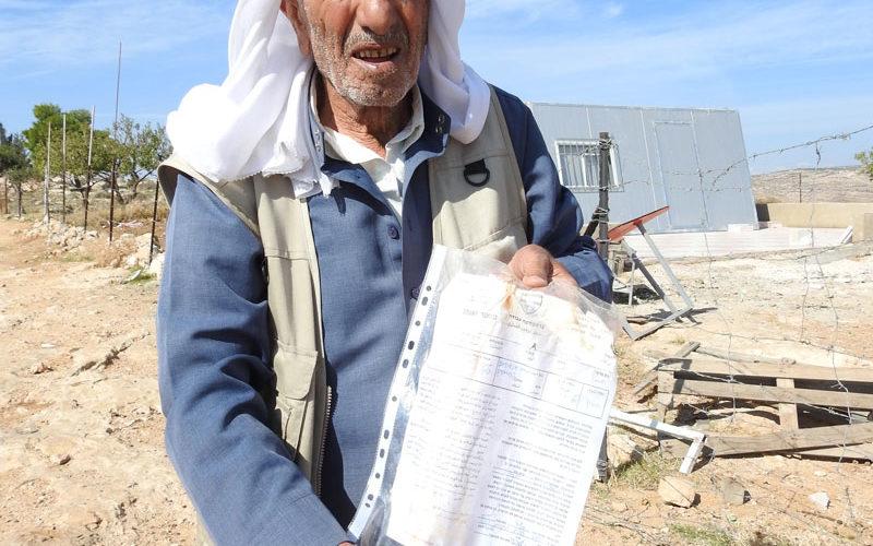 إخطارات بوقف العمل والبناء في منشآت زراعية بقرية البويب شرق يطا بمحافظة الخليل
