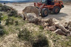 مستعمرون يجرفون اراضٍ في قرية زنوتا لإقامة بؤرة جديدة جنوب الخليل