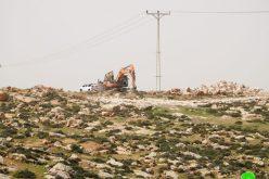 """مستعمرون يعتدون على اراضي المواطنين في """" عين البيضا"""" شرق يطا"""