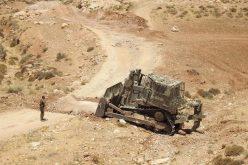 الاحتلال يجرف ويدمر طريقين في مسافر يطا جنوب الخليل
