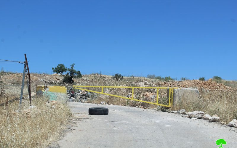 الاحتلال ينصب 3 بوابات معدنية على أراضي بلدتي سعير وحلحول شمال الخليل