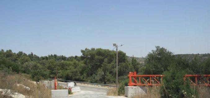 نصب بوابة حديدية جديدة على مدخل قرية دير نظام الجنوبي/ محافظة رام الله