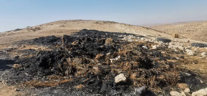 مستعمرون يحرقون بالات قش في الطوبا شرق يطا بمحافظة الخليل