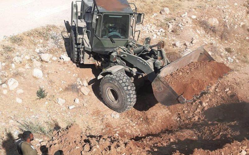 مستعمرون يحرقون غرفة زراعية شرق بلدة يطا بالتزامن مع إعادة تجريف طريق / محافظة الخليل