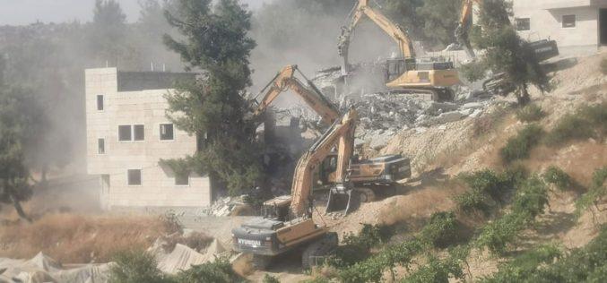 الاحتلال يهدم منزلين ويخطر بوقف العمل في ثالث ببلدة سعير شمال الخليل