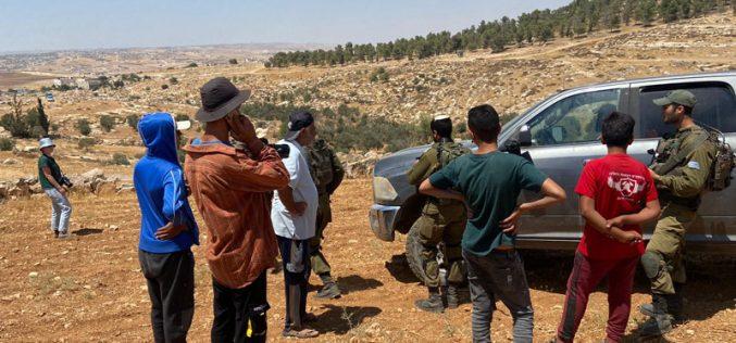 المستعمرون يعتدون على طواقم هيئة تسوية الأراضي والمياه في قرى يطا جنوب الخليل