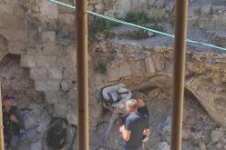 مستعمرون يجرفون ساحة وغرف منزل أثري لعائلة مسودة بالبلدة القديمة من الخليل