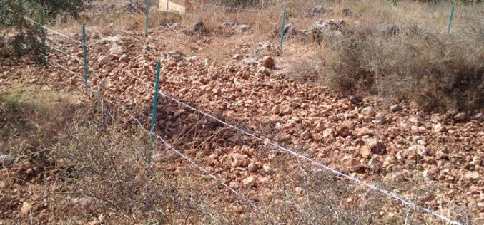 """مستعمرو """"المتان"""" يسيجون قطعة أرض بالقرب من المستعمرة في بلدة كفر ثلث / محافظة قلقيلية"""